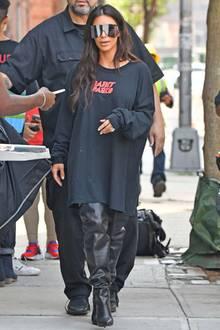 Lange Zeit verhüllte Kim Kardashian ihre berühmten Kurven in weiten Outfits, wie hier. Jetzt hat die Zweifach-Mama offenbar wieder ein Gewicht erreicht, auf das sie sichtlich stolz ist, und verrät auch, wie sie das geschafft hat...