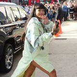 Ein Regenmantel für 760 Euro? Für Rihanna nur Peanuts. Während andere Menschen für diesen Betrag eine 2-Zimmer-Wohnung in Großstädten wie Hamburg bezahlen, setzt die Sängerin gleich noch einen drauf und kombiniert die lange Jacke ihrer Puma-Kollektion mit den dazu gehörenden Mules für 400 Euro. Da ist die Handyhülle für 310 Euro fast schon ein Schnäppchen.