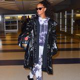 Wer dachte, ein Regenmantel für 760 Euro wäre teuer, der kennt Rihanna nicht. Dieser shiny Regenparka kostet stolze 1.700 Euro! Und Rihanna wäre nicht Rihanna, wenn sie für einen Jogger nicht gleich noch 440 Euro dazulegen würde. Von der Prada-Tasche wollen wir da gar nicht erst sprechen.