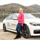 Schauspielerin Anna Maria Mühe (vor einem BMW 750i) freut sich auf das bevorstehende Wochenende voller toller Aktionen.
