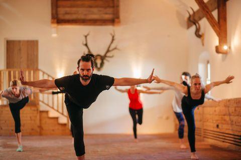 Beim Kalarippayat mit Kai Hitzer erlernen die Teilnehmerinnen eine Mischung aus Yoga, Kampf und Ayurveda.