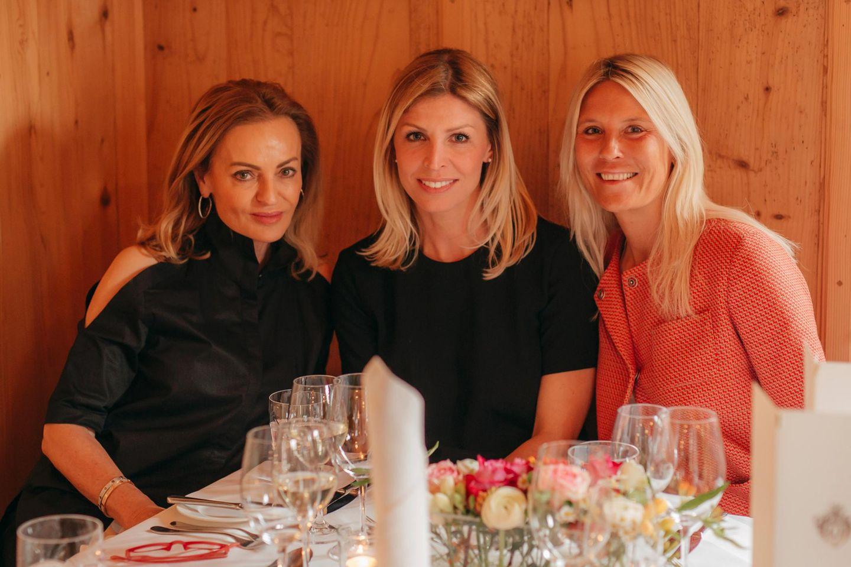 Sigrid Streletzki, Katerina Schröder und Tina Maria Werner nehmen an der festlich gedeckten Tafel zum Dinner Platz.