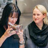 Sonja Piller (HSE 24) und Karin Ross (GroupM) verkosten die Zutaten für den von Johannes Fuchs geleiteten Schnitzel-Workshop.