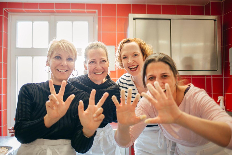 Auf die Schnitzel, fertig, los! Auch Andrea Kästel (Sisley), Carola Wargel (G+J), Veronika Rost und Iliane Weiß (G+J) machen in der Küche eine gute Figur.