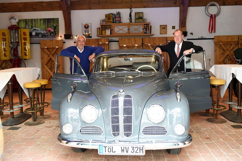 Gastgeber Hans-Reiner Schröder und Paul J. Kernatsch posieren vor dem BMW 502er Barockengel.