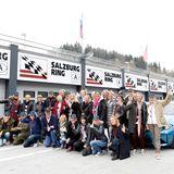 """Hans-Reiner Schröder lädt die Teilnehmer zur """"BMW M Driving Experience""""."""