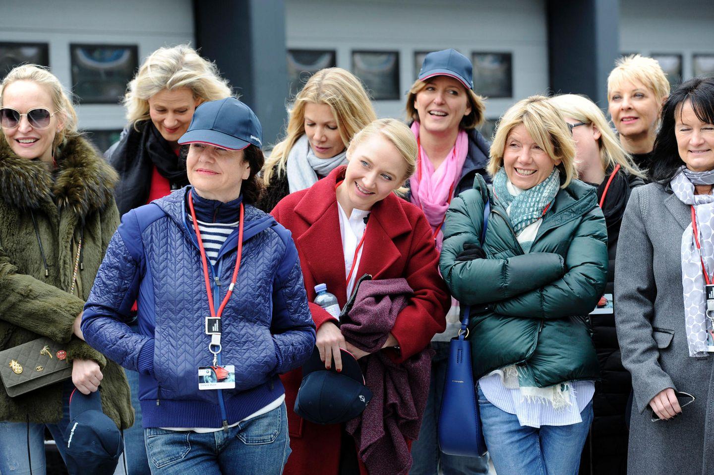 Die Teilnehmerinnen (vorne: Stefanie Wurst, Anna Maria Mühe und Nicole Weber) lauschen der Einführung.