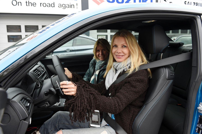 Ursula Karven und Nicole Weber testen im BMW M2 die Rennstrecke.