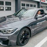 Auch Karin Ross (GroupM) wartet im BMW M4 gespannt auf den Beginn des Fahrtrainings.