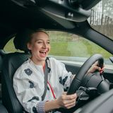 Anna Maria Mühe hat beim Fahrtraining im BMW M2 auf demSalzburgring sichtlich viel Spaß.