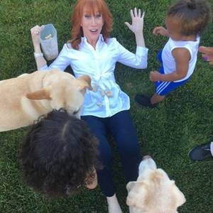 """23. April 2017   """"Wenn Kathy Griffin meine Enkel babysittet und realisiert, dass sie in Unterzahl ist gegen Kleinkinder und Hunde... OMG!"""" - postet Kris Jenner zu dem lustigen Foto ihrer etwas überforderten Freundin."""