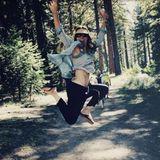 "22. April 2017  Durch den Wald hoppelnd ruft Schauspielerin Jessica Biel: ""Pflanzt Bäume, bildet Fahrgemeinschaften, recycelt... Kurz gesagt seid nicht blöd zu unserem Planeten. Happy ""Earth Day""!"""