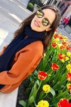 Sonnenbrillen scheinen ein großes Faible von Ana Ivanovic zu sein. Selbst an einem Wochenendtag, an dem Ana ungeschminkt aus dem Haus geht und die blühenden Tulpen bewundert, darf dieses schicke Modell in der Trendfarbe Khaki nicht fehlen. Doch das ist nur ein Bruchteil ihrer großen Sammlung...
