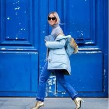 """Fashion-Bloggerin Charlotte Groeneveld alias """"The Fashion Guitar""""setzt auf den Kult-Parke in einem zarten Hellblau."""