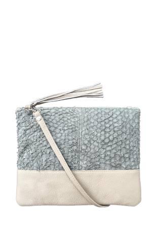 Elegant und edgy: Eco-Luxury-Tasche von Durchzug mit angesagtem hochwertigen Fischleder. Handgefertigt in Kapstadt. Erhältlich unter durchzug.biz, 129 Euro