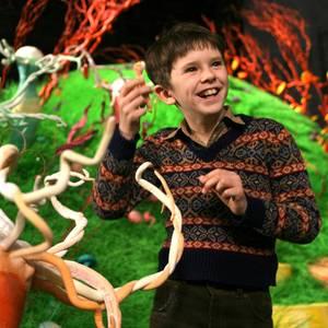 """Spätestens als """"Charlie Bucket"""" in """"Charlie und die Schokoladenfabrik"""" wurde Freddie Highmore zum Kinderstar. Der niedliche Knirps ist heute... stimmt, immer noch niedlich - aber mindestens doppelt so groß, und er kann auch anders..."""