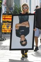24. April 2017  Sofia Richie will ihr Heim verschönern und trägt ein riesiges Bild von Lou Reed durch die Straßen.