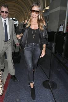 Cool. cooler, Heidi Klum! Zu einer ausgefransten Jeans und schwarzen Ankle-Boots kombiniert die Modelmama eine Bomberjacke, die es in sich hat - coole Cut-Outs zieren die Schultern der schwarzen Jacke. Darunter trägt sie ein schlichtes, schwarzes Top und lange Ketten.