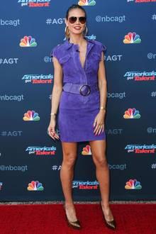 """Ein Lila-Leder-Traum, den Heidi hier zum Auftakt der 12. Staffel von """"America's Got Talent"""" auf dem roten Teppich präsentiert. Dazu kombiniert sie Leo-High-Heels und dicke, goldene Creolen - ein Look, den sicherlich nicht jeder tragen kann..."""