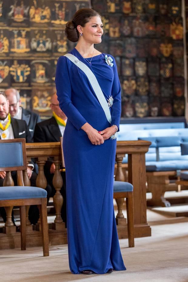 Für die Ordensverleihung der Königlichen Patriotischen Gesellschaft hat sich Prinzessin Victoria im royalblauen Kleid von Escada ganz besonders schick gemacht.