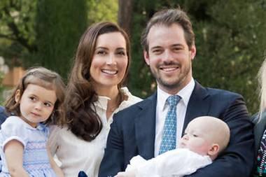 Noch so klein und schon eine Fashionista: Die süße Prinzessin Amalia von Luxemburg begeistert auf Mama Claires Arm im blauen Kleidchen die Taufgäste ihres Babybruders Liam.