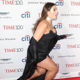 Plus-Size-Model Ashley Graham hat wohl ihre Lauffähigkeiten auf so hohen Absätzen überschätzt. Während sie gewohnt elegant über den roten Teppich schritt, knickte sie plötzlich um...