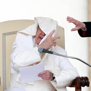 26. April 2017  Bei seiner Generalaudienz auf dem Petersplatz hat Papst Franziskus mit dem Wind zu kämpfen und liefert uns so ein lustiges Fotomotiv.