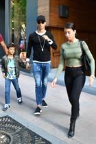 24. April 2017  Cristiano Ronaldo ist mit seiner Freundin und seinem Sohn auf Shoppingtour in Madrid.