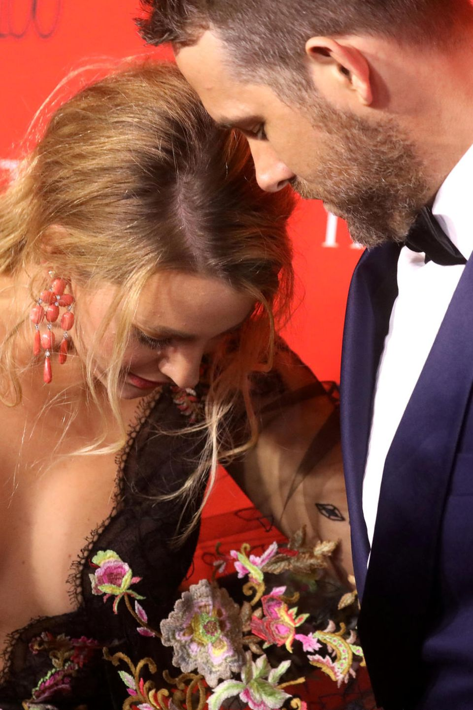 25. April 2017  Schau mir in die Augen, Kleines! Bei diesem wunderschönen Dekolleté verzeihen wir es Ryan Reynolds aber gerne, dass er den Blick nicht von dem Ausschnitt seiner Frau Blake Lively abweden kann.