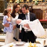 22. April 2017  Der kleine Prinz Liam, das zweite Kind von Prinzessin Claire und Prinz Félix, wird in einer Basilika im Vatikan getauft. Seine Schwester Amalia schaut ganz genau hin, was da mit dem kleinen Bruder passiert.