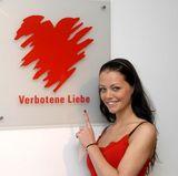 """Die schöne Sängerin verkörperte ab Ende 2006 bis 2009 die Rolle der Olivia Schneider in der Serie """"Verbotene Liebe"""". Es folgten noch weitere Auftritte als Schauspielerin im deutschen Fernsehen."""