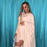 Lässig und sexy in zartem Rosé mit passenden Overknees präsentiert sich die hochschwangere Beyoncé auf ihrem Instagram-Profil.
