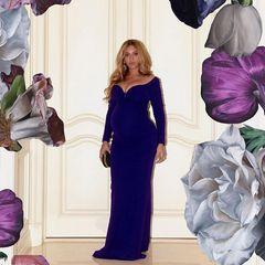 Im dunkelblauen, langen Abendkleid kommt nicht nur Beyoncés Babybauch perfekt zur Geltung, sondern auch ihr schönes Dekolleté.