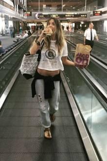 Auch ein Model darf mal sündigen: Am Flughafen legt Heidi Klum noch einen Zwischenstopp beiMcDonald's ein.