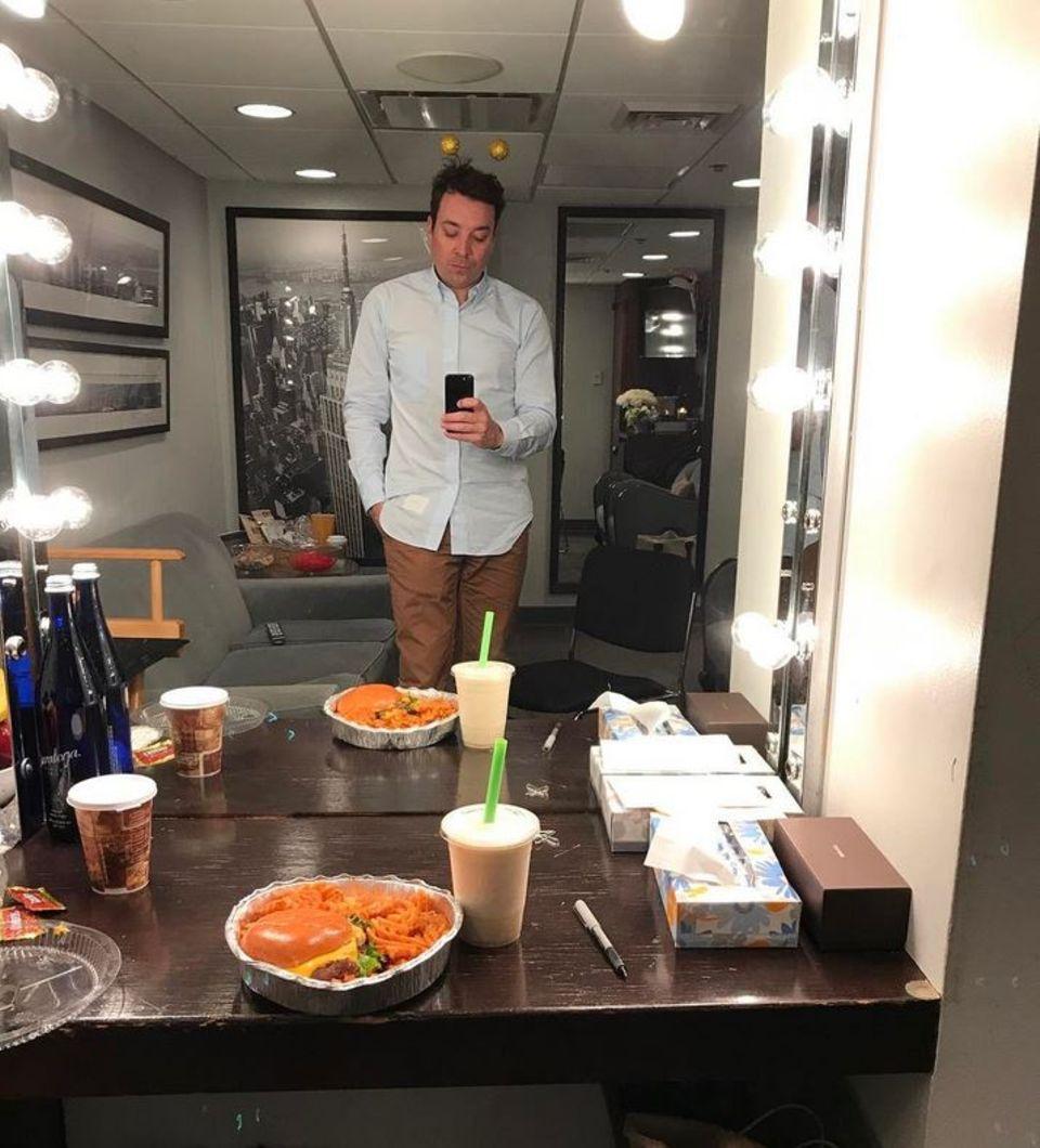 Vor dem Beginn seiner Show gönnt sich Jimmy Fallon noch ein Burger-Menü.