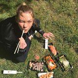 Karlie Kloss hat es sich für ihr Sushi-Lunch auf einer Wiese im Park bequem gemacht.