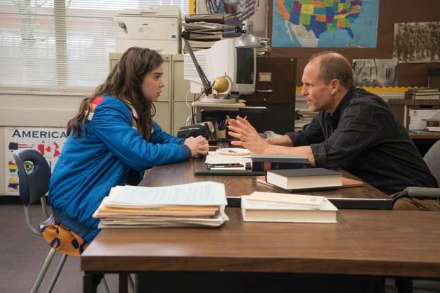 """Jetzt auf DVD:In """"The Edge Of Seventeen – Das Jahr der Entscheidung"""" spielt Hailee Steinfeld Nadine, die nur ihrem Geschichtslehrer (Woody Harrelson) vertraut (Sony HE)"""