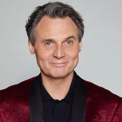 Klar, die Haare sind etwas heller und die Gesichtszüge etwas älter geworden, aber Wolfgang Bahro bleibt nach wie vor der wohl bekannteste Kopf aus GZSZ. Seit über 25 Jahren ist Wolfgang Bahro nun schon mit dabei und feiert am 29. April 2020 die 7000-GZSZ-Folge.