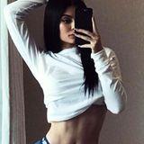 Eigentlich wollte Kylie Jenner nur diesen sexy Schnappschuss mit ihren Fans teilen, löste damit aber eine heftige Diskussion aus. Der Vorwurf ihrer Fans: Photoshop. Und damit scheinen sie ganz offensichtlich recht zu haben. Denn Kylies Taille wirkt nicht nur extrem schlank, sondern es lässt sich auch erkennen warum - und zwar im Hintergrund.