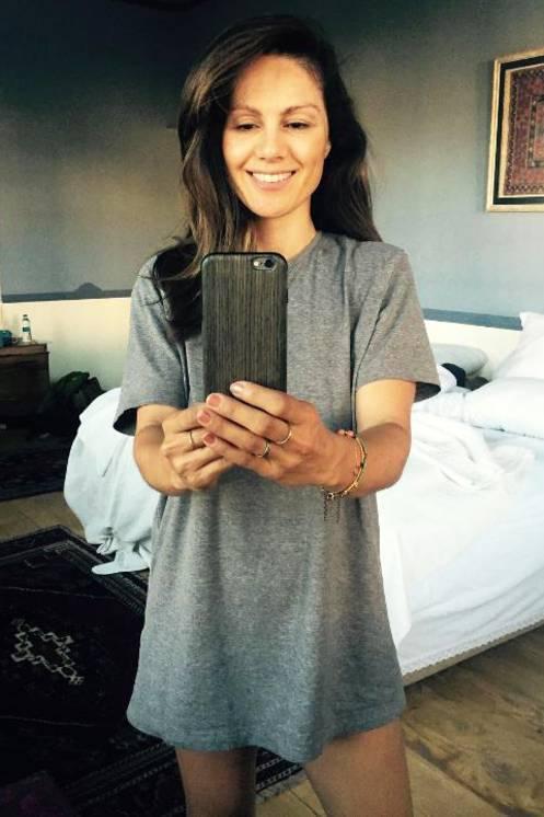 Super private Einblicke gewährt uns Nazan Eckes direkt nach dem Aufstehen. Ungeschminkt und im T-Shirt posiert sie für ein Selfie im Spiegel. Hätten Sie gedacht, dass sich die Moderatorin im Schlabber-Shirt schläft?