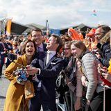 Königstag 2017  Royales Selfie am Zaun: Prinz Pieter-Christiaan, Prinzessin Anita und Prinz Constantijn machen den Spaß mit.