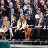 Königstag 2017  Konzentriertes Schauen bei den Prinzessinnen ... Der König wirkt amüsiert. Ganz links sitzen Willem-Alexanders Cousin Pieter-Christiaan und seine Frau Anita.