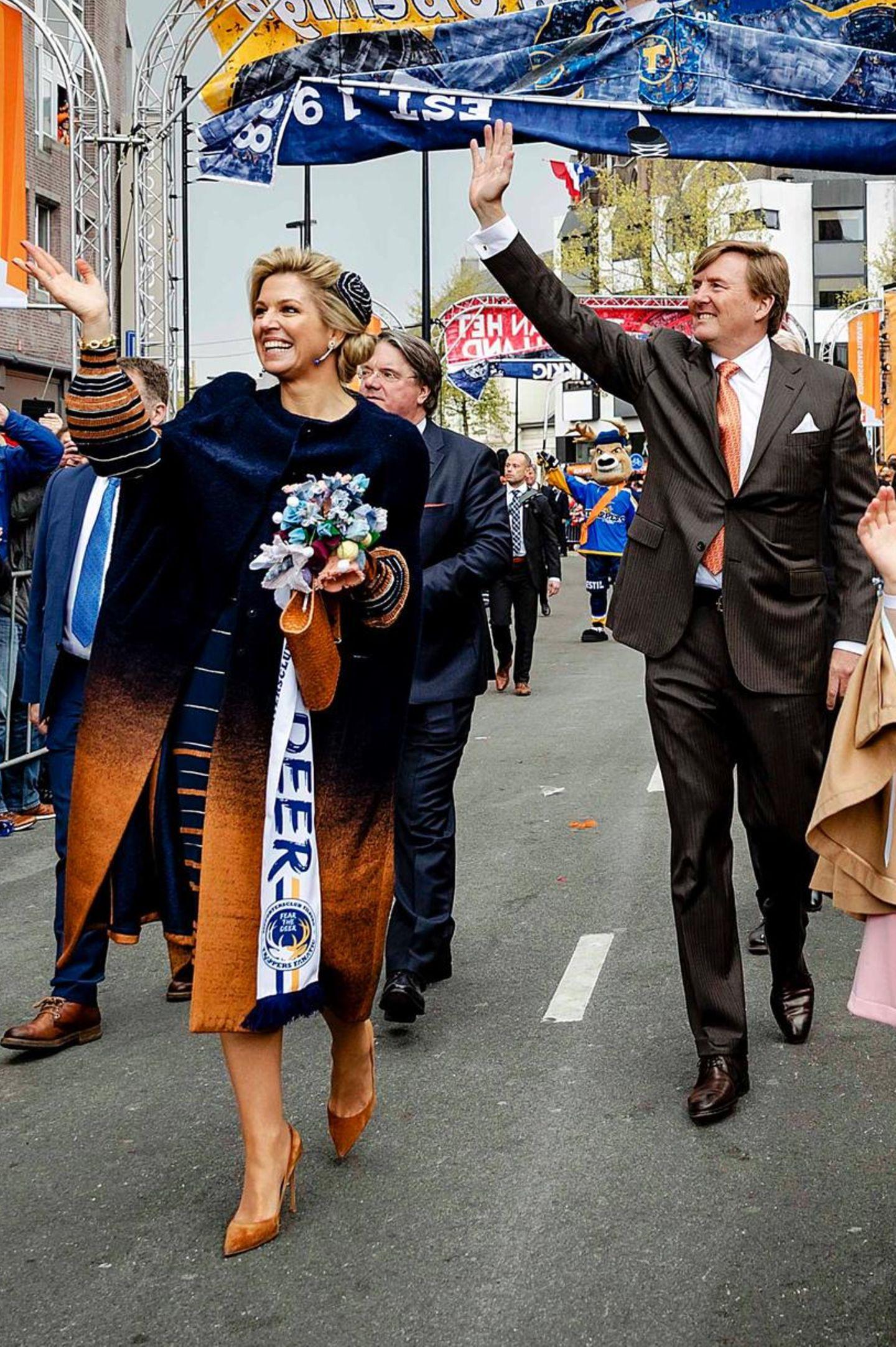 Königstag 2017  Tausende von Niederländern sind nach Tilburg gekommen, um dem König zu gratulieren und säumen die geschmückten Straßen.