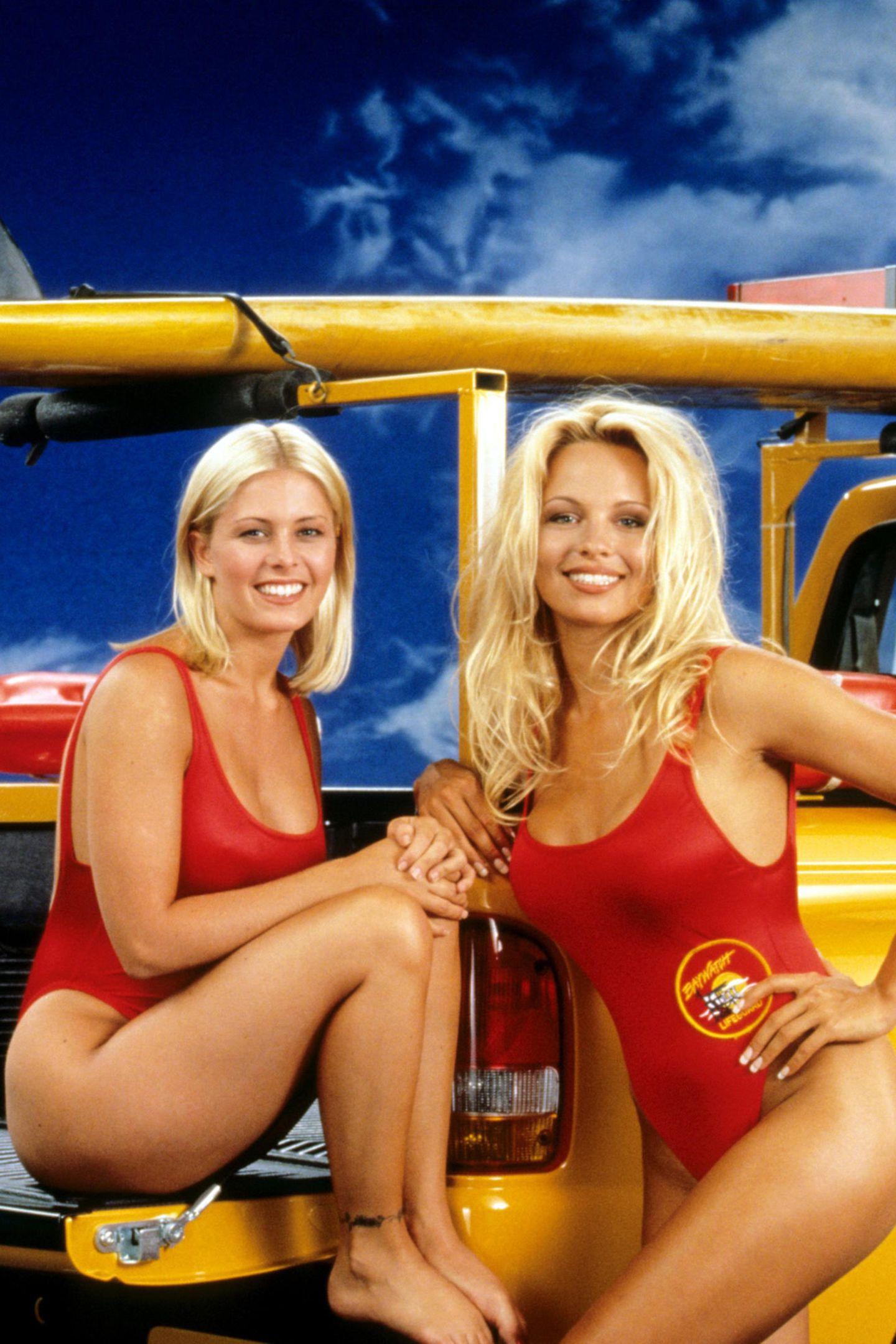 """Nicole Eggert (li.), hier neben Kollegin Pamela Anderson spielte die Rolle der """"Summer Quinn"""". Nach Meinungsverschiedenheiten mit David Hasselhoff flog sie aber 1994 aus der Serie."""