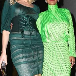 """Als Andreja Pejic und Rita Ora zusammen bei der """"Big Love""""-Gala in New York auftauchen, weiß man gar nicht, wohin man (weg-)gucken soll. Beide It-Girls tragen zwar die Farbe der Hoffnung, doch ist diese bei diesen Looks eindeutig verloren. Das nennen wir mal hoffnungslos vergriffen..."""