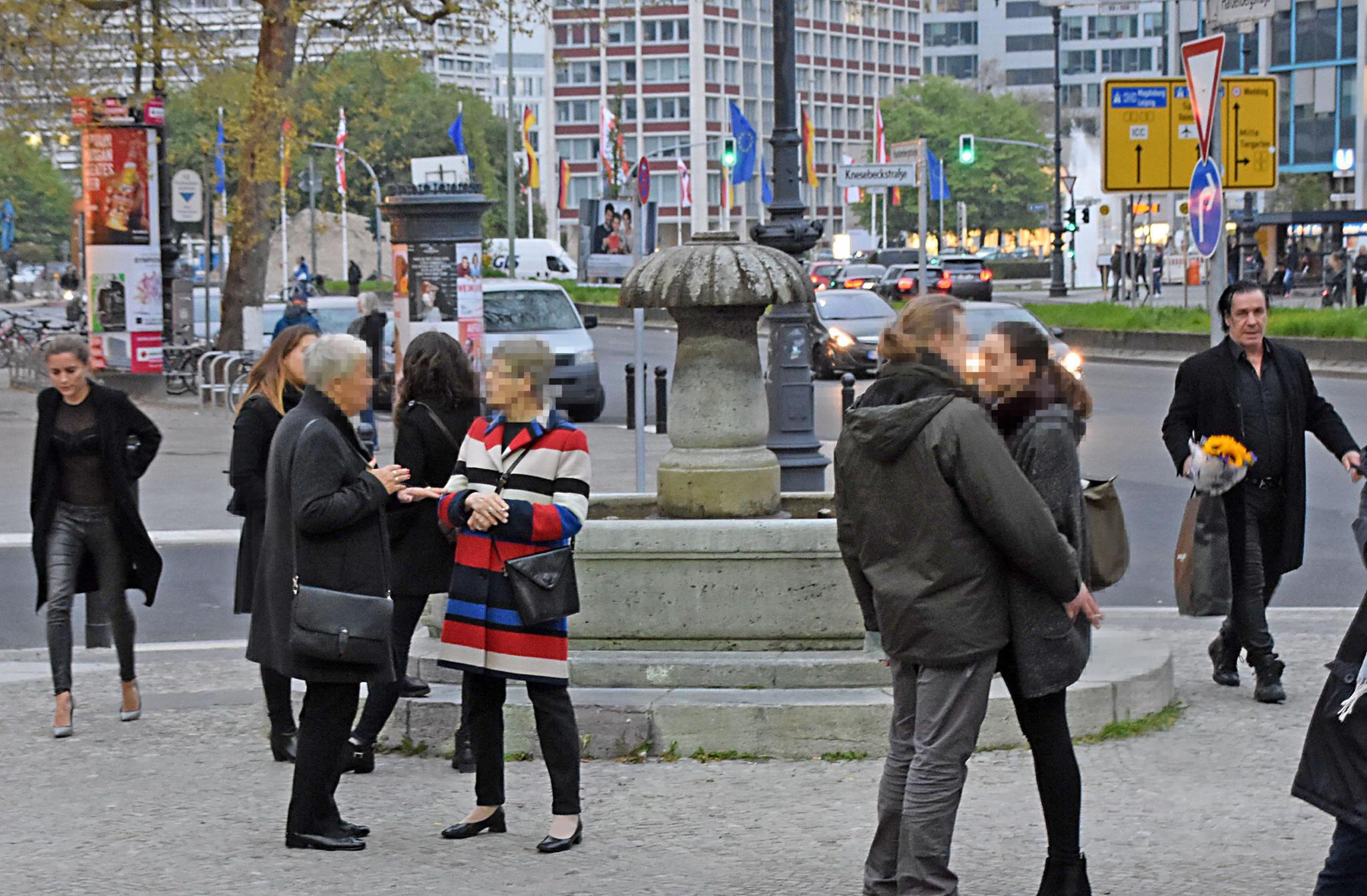 Sophia Thomalla (links) und Till Lindemann (rechts) bei einem gemeinsamen Theater-Besuch in Berlin.