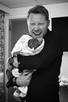27. April 2017  Ronan Keating ist zum vierten Mal Papa geworden und kann seinen Jungen endlich drücken. Ehefrau Storm hat das bewegende Foto mit den Fans geteilt.