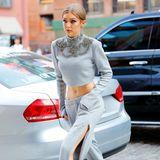 Wie auch Schwester Bella ist Gigi Hadid ein echter Fan davon, ihren flachen Bauch zu präsentieren. Sie liebt es ganz besonders, tiefe Hosen und gekürzte Pullover zu tragen. Dabei setzt sie auf einen Mix aus sportlich und elegant.