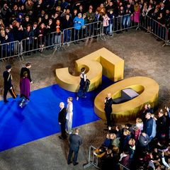 28. April: Geburtstagsdinner  Für ein gemeinsames Gruppenfoto sollen sich alle 150 Dinner-Gäste um eine große goldene 50 versammeln.