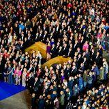 28. April: Geburtstagsdinner  Gar keine so leichte Aufgabe alle Gäste auf ein Foto zu bekommen. Doch am Ende gelingt dem Fotografen ein sehr schönes Motiv und damit eine schöne Erinnerung fürKönig Willem-Alexander.